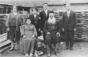 (The photo of the Rakowski and Banach family of Mira Monet in Kazimierza Wielka before 1939, from the USHMM collection)